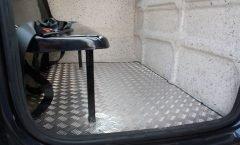 interior da cabine auxiliar com revestimento em aluminio